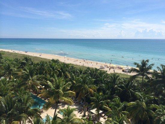 Grand Beach Hotel: Uitzicht op het zwembad en de zee.