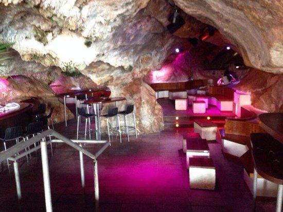 Cova d'en Xoroi: El interior