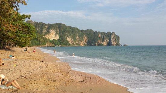 Aonang Villa Resort: la playa esta genial y justo nada mas cruzar el paseo