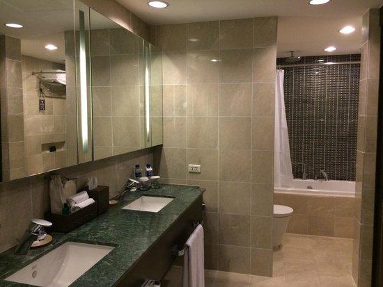 Sofitel Philippine Plaza Manila : Sofitel suite, old fashion bathroom with no walk-in shower