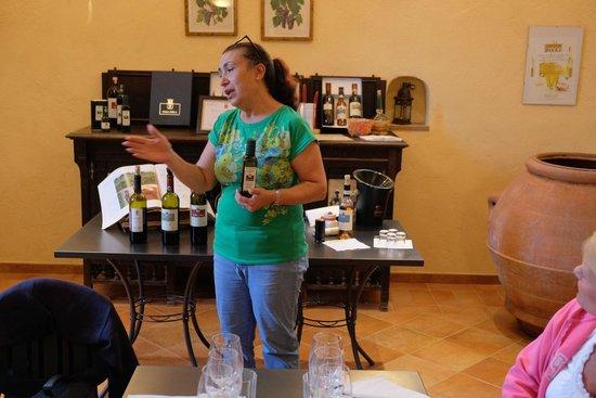Casa Sola - Chianti Winery: Maria teaching wine tasting