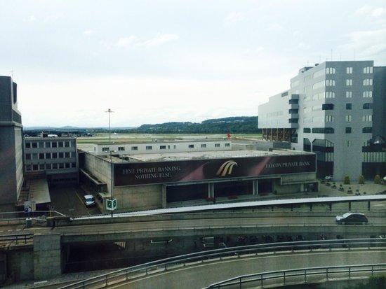 Radisson Blu Hotel, Zurich Airport: Blick aus dem Zimmer und Runway