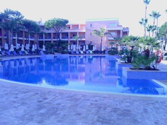 Hipotels Barrosa Garden: piscina tranquila.... solo para nosotros... los alemanes no se bañan¡¡¡¡