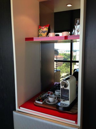 H10 Marina Barcelona Hotel: Nespresso coffee machine in the room