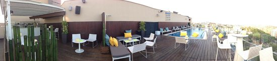 H10 Marina Barcelona Hotel: The rooftop pool and sky bar