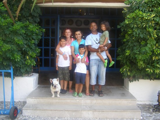 Oasis Hotel Bungalows Rhodes: Final photo with Veta the receptionist at the entrance of the hotel!