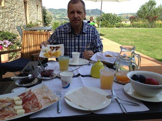 Agriturismo Podere Prasiano: Morgenmad på terrassen