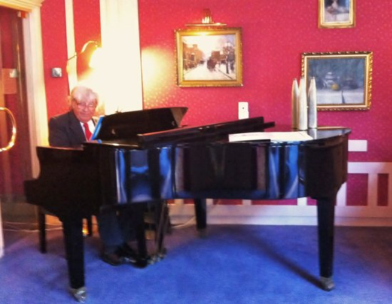 Hotel Savoy: Maestro at the piano.