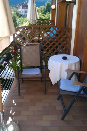 Hotel Traube : Chaise et table sur Balcon/Terrasse