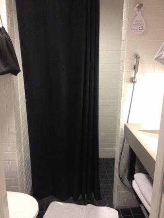 Original Sokos Hotel Villa: Clean albeit small bathroom with water bidet (common in Finland)