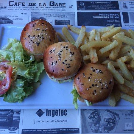 Cafe de la Gare: 3 delicious mini burgers!
