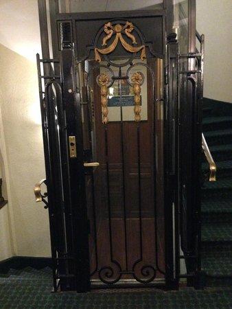 Ibis Blois Centre Chateau: De traditionele Franse lift in het hotel