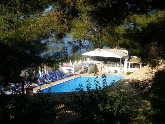 Sunshine Corfu Hotel & Spa: site hôtelier : vue sur la piscine animée et le théatre