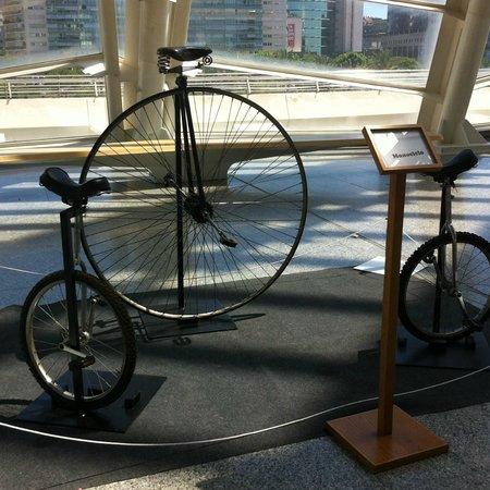 Ciudad de las Artes y las Ciencias: Monociclos expuestos en el Museo de las Ciencias.