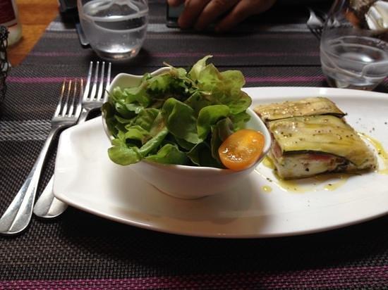 Bistrot du terroir : Entrée : millefeuille de chèvre, courgette, jambon du pays.