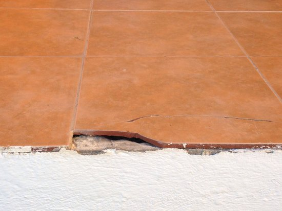 Caribbean World Thalasso Djerba - Lookéa Playa Djerba : Broken tiles on terrace