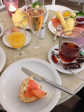 Cafe Guglhupf: Gourmet- und Käsefrühstück
