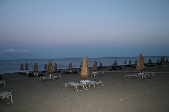 La Marquise Luxury Resort Complex : plage privée de l'hôtel le soir