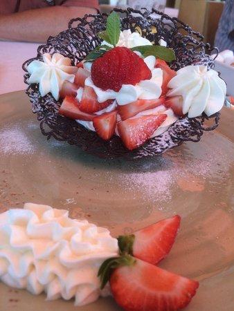 Park Dzhuzeppe: Chocolate basket with strawberries
