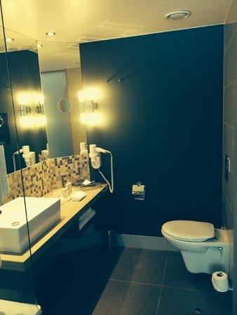 Radisson Blu Gautrain Hotel: Spacious bathroom