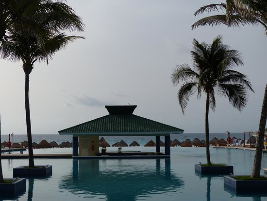 Iberostar Cancun: Pool view onto the beach