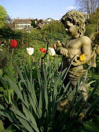 Villa Lindenegg Hotel Bistrot : Der Engel im Garten der Villa Lindenegg