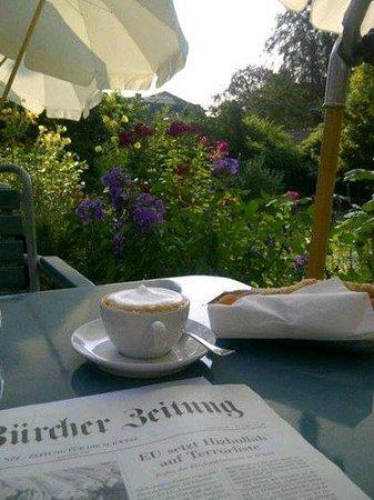 Villa Lindenegg Hotel Bistrot : Frühstücken Zeitung im Garten der Villa - himmlisch
