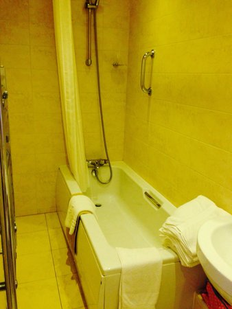Elgin Hotel Blackpool: Spotless barhroom/shower With fluffy white towels changed daily