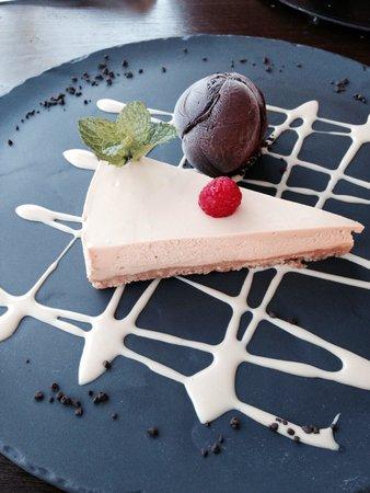 Parrilla Natural : Toffee cheesecake with dark chocolate ice cream