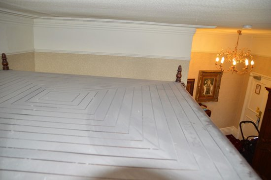 Hallmark Hotel The Queen, Chester: Dust on top of roof of 4 poster bed in room 133