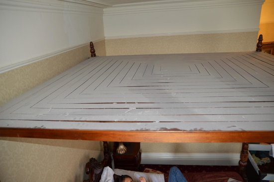 Hallmark Hotel The Queen, Chester : Dust on top of roof of 4 poster bed in room 133