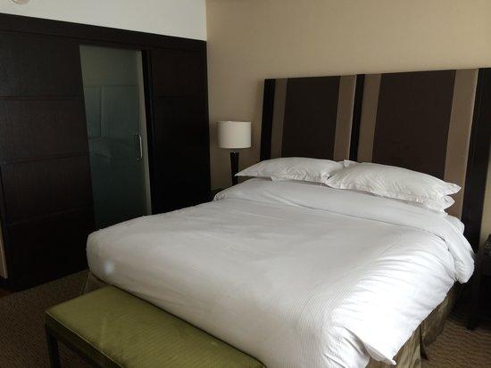 Hilton Buenos Aires: cama com o walk in closet ao fundo