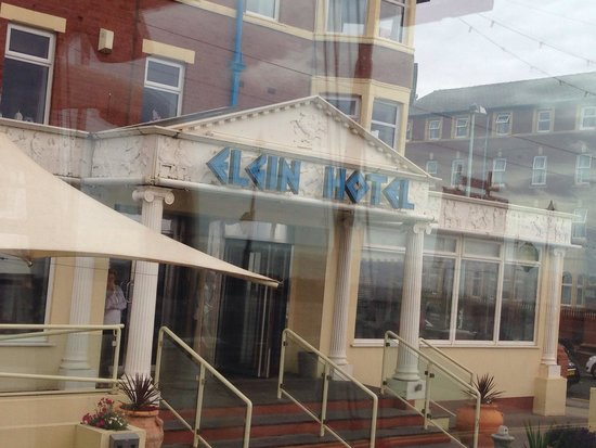 Elgin Hotel Blackpool: Elgin hotel!!! Patio table and chairs to sit outside!!!  So didnt want to leave!!!!