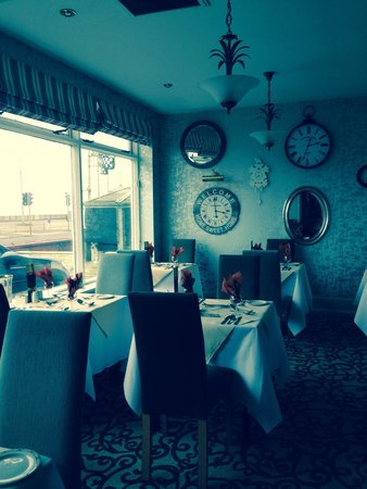 Elgin Hotel Blackpool: Posh side of restaurant if u wanted to upgrade to a quiet table!!