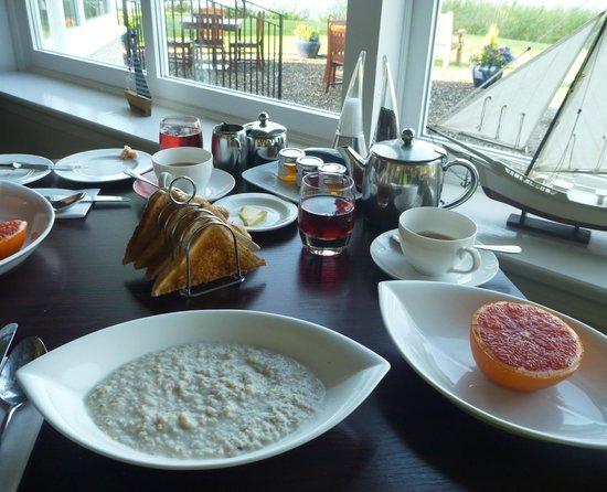 The Lake of Menteith Hotel : Die warmen Frühstücksspeisen (hier Porridge) werden auf Bestellung gebracht.