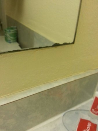 Econo Lodge : old worn out dirty hotel mirror