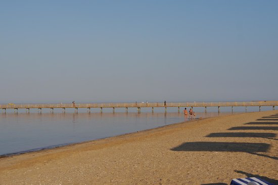 Tropitel Sahl Hasheesh : beach with Jetty to the Coral reef for snorkelling