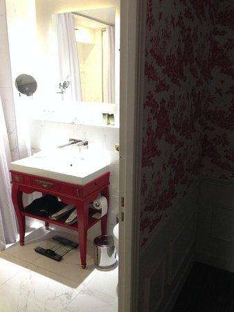 La Maison Favart: Entrada al baño, espacioso