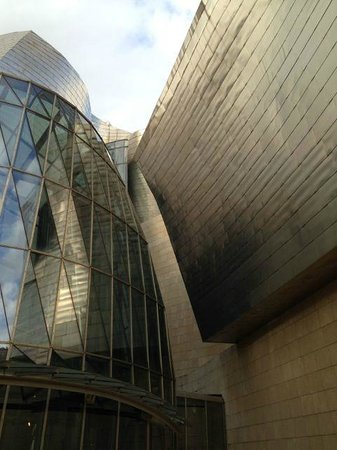 Museo Guggenheim de Bilbao: Amazing building full of curves