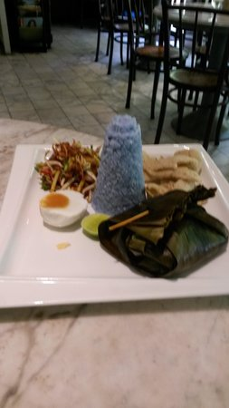 Mews Cafe: Chicken meal and blue rice