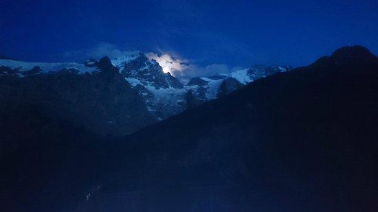 Panoramic Village (Chalets de la Meije) : Vue depuis le balcon, le soir
