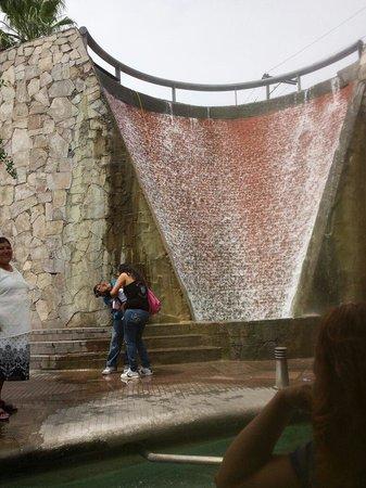 Paseo de Santa Lucia : Hermosa caida de agua