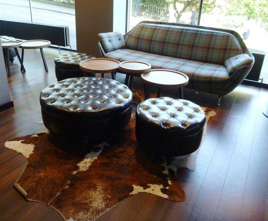Motel One Edinburgh-Royal: Schottisch karierte Couch in der Lobby