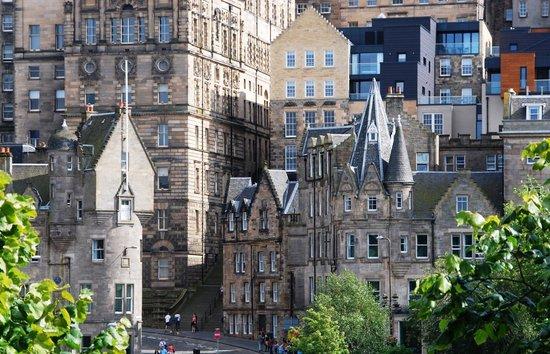 Motel One Edinburgh-Royal: Rechts das Haus mit dem Türmchen ist das Motel One.