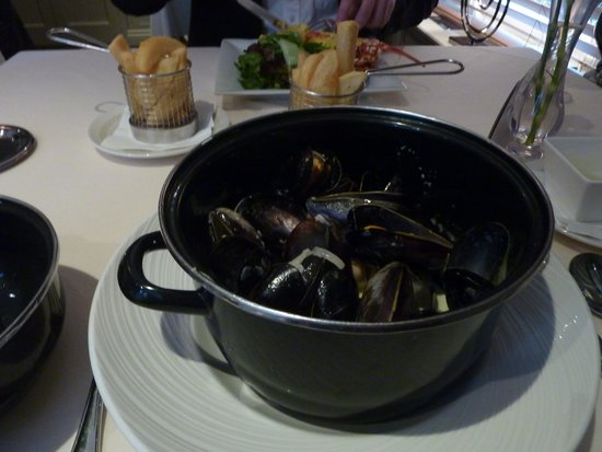 Le Bouchon Hotel: Mussels with triple fried chips
