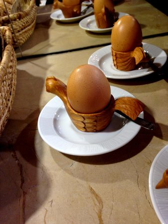 Mansion Alcazar Boutique Hotel: cute little egg cups at breakfast