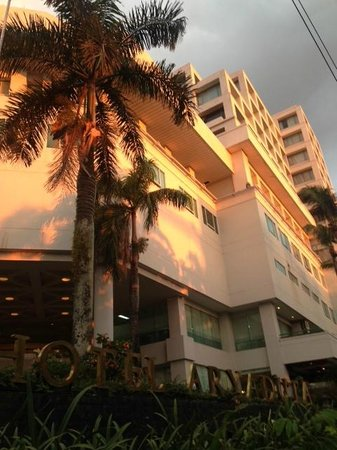 Aryaduta Manado: Tampak depan hotel di sore hari