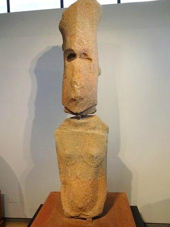 Museo Antropologico P. Sebastian Englert : Único moai feminino da Ilha.