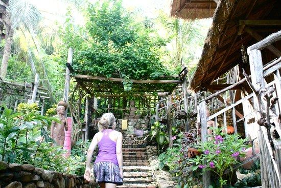 Le Bout du Monde - Khmer Lodge: surrounding gardens
