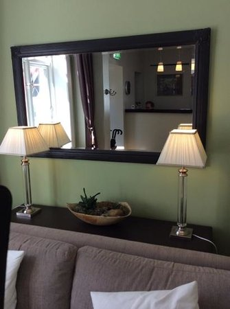 Reykjavik Residence Hotel: view of reception men in mirror